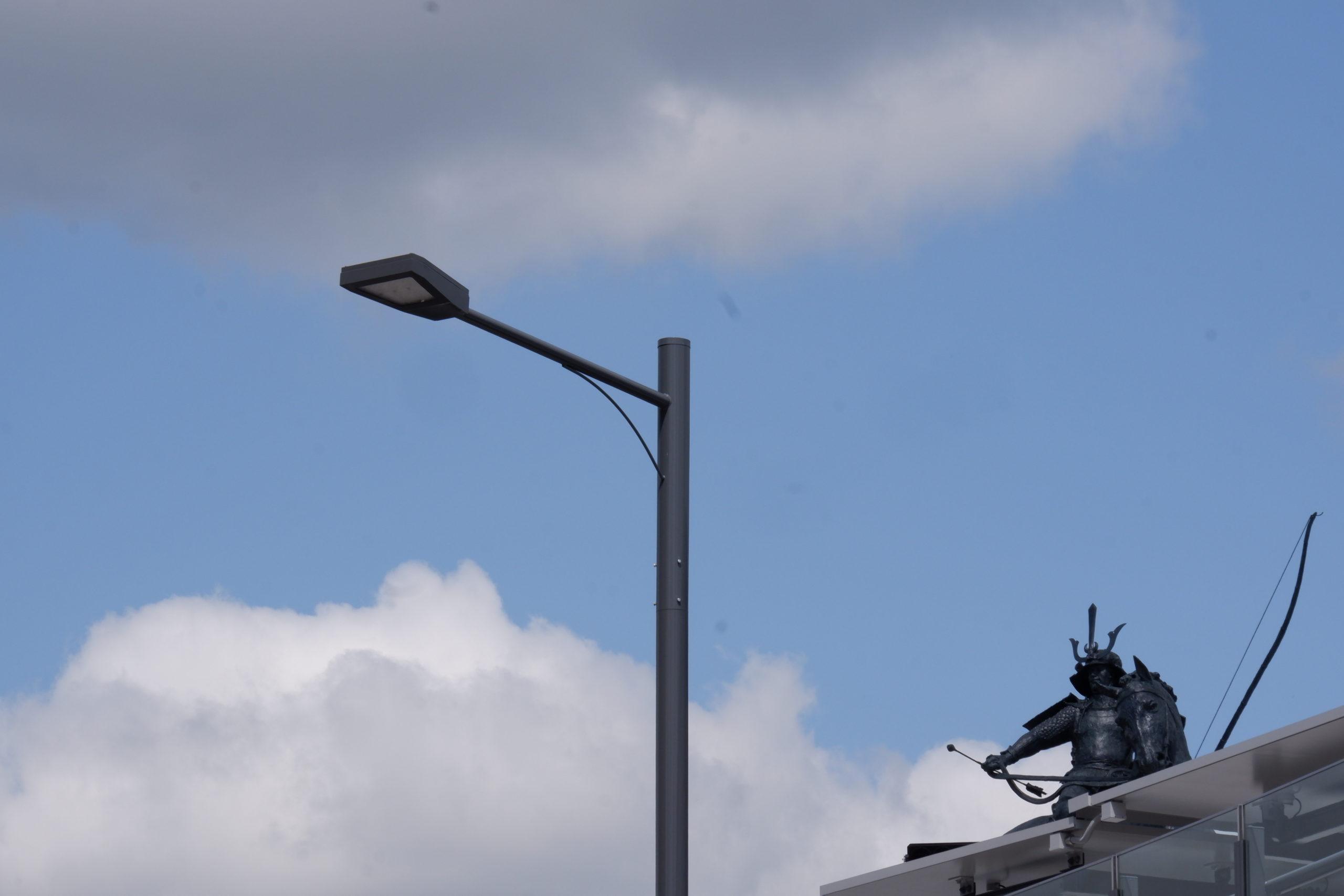 東岡崎駅前の道路照明灯と徳川家康