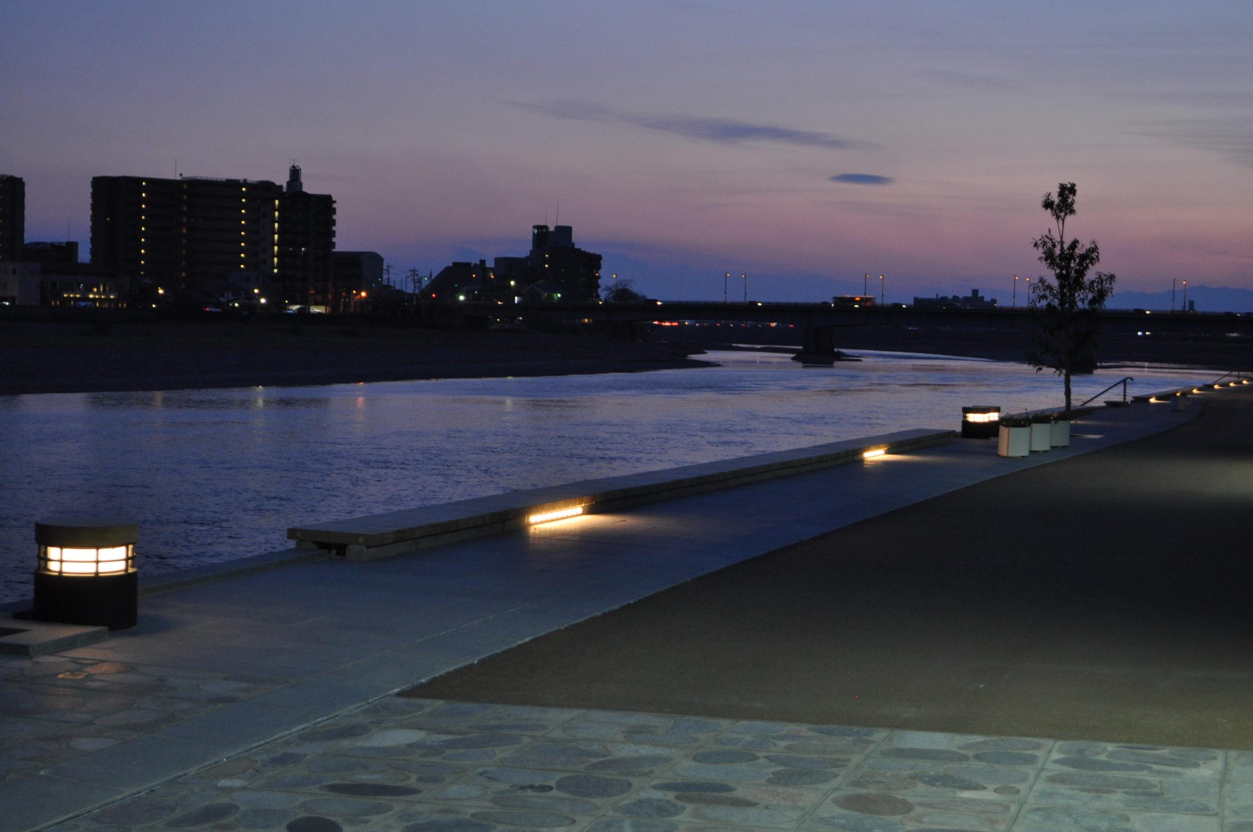 長良川河川敷のデッキ照明 点灯時