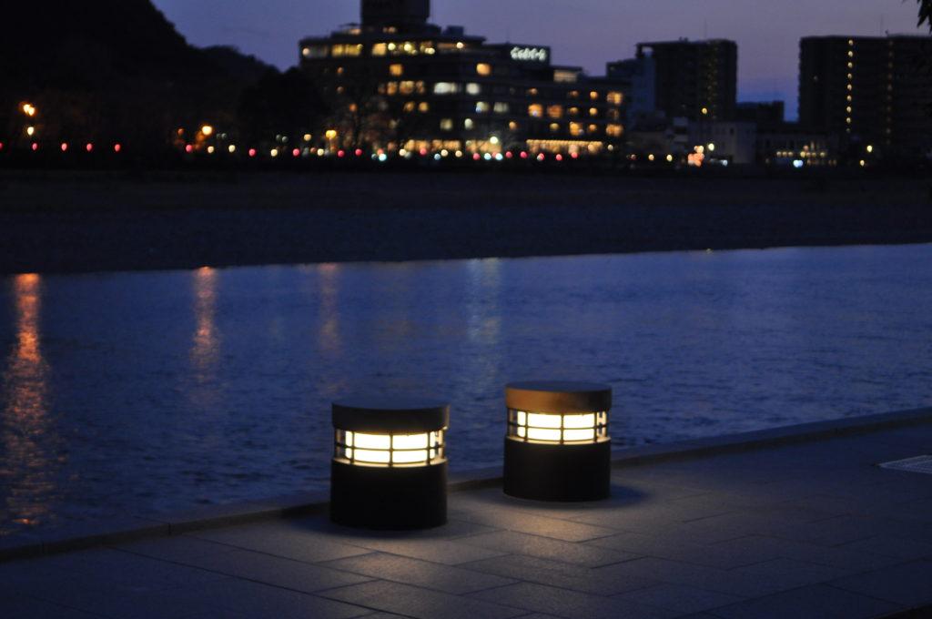 長良川河川敷のデッキ照明