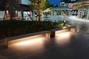 金沢駅前のベンチ照明