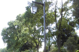 緑道に建つ歩道照明