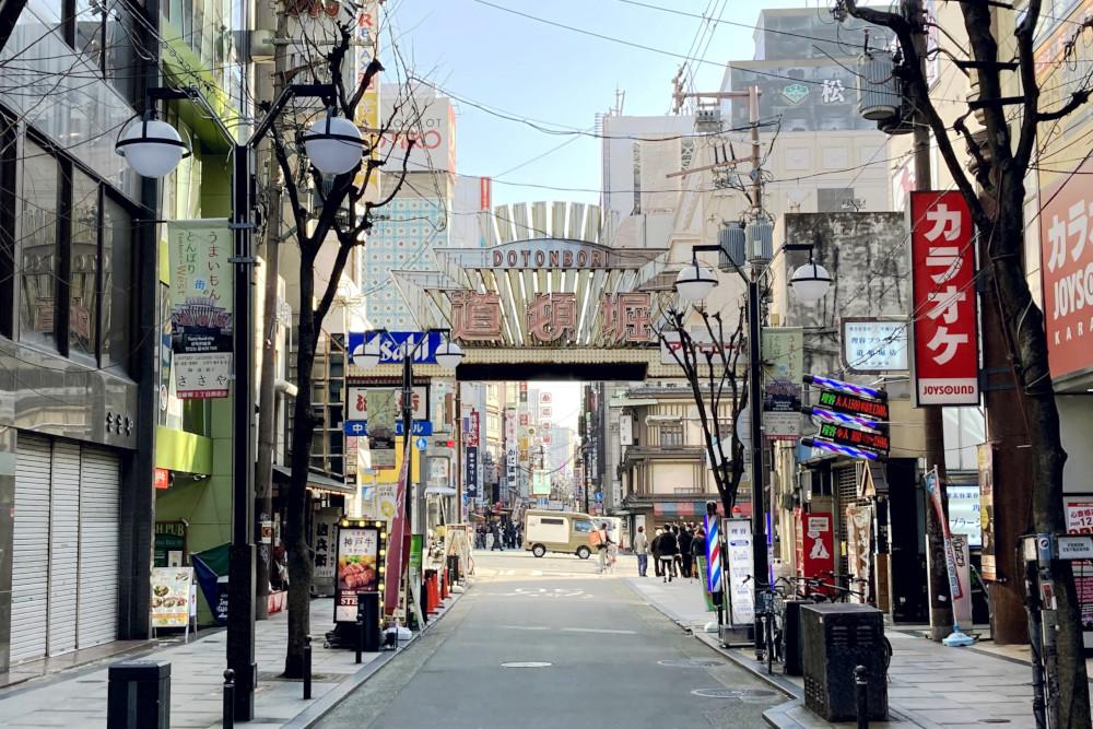 大阪市ミナミの道頓堀街路灯